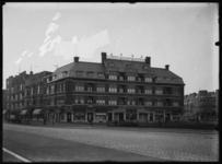 2008-5173 Winkel van bakkerij Van der Meer en Schoep aan de Burgemeester Meineszplein. Links de Van Citterstraat; ...