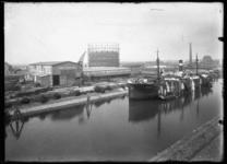 2008-5190-02 Keilehaven met de montagehal en werkplaatsen van de N.V. Nederlandsche Staalindustrie. In de haven ligt ...