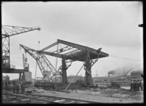 2008-5197-02 Een brug in aanbouw bij de N.V. Nederlandsche Staal Industrie aan de Keileweg.