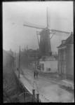 2008-5219 De Mathenesserdijk met aan de rechterkant het witte voormalige tolhuisje voor korenmolen De Graankorrel van ...
