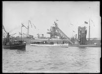 2008-5259-13 Rondvaartboot Portumus in de haven met aan boord Koningin Wilhelmina en haar echtgenoot ter gelegenheid ...