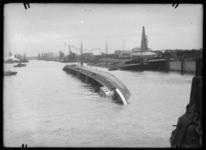 2008-5261 Een gekapseisd binnenvaartschip in de Maashaven.