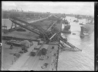 2008-5267-01 Thomsen's havenbedrijf aan de Maashaven. Een omgevallen laadkraan in het water wordt met behulp van een ...