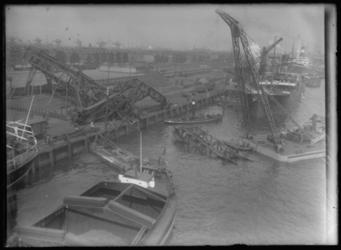 2008-5267-02 Thomsen's havenbedrijf aan de Maashaven. Een omgevallen laadkraan in het water wordt met behulp van een ...