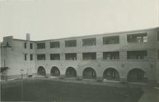 IX-1894-3 De binnenhof van de Matheneserhof.