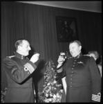 10028 Toasten van generaal-majoor J.G.M. Nass (links) en zijn opvolger kolonel der mariniers A.M. Luijk.