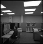 10036-1 Medewerkster van het Instituut Electronische Administratie (IEA) aan de Diergaardesingel 68-70 temidden van ...