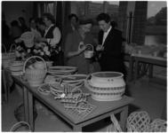 1004 In een zaal van de Goede Herderkerk in Schiebroek heeft mevrouw mr. J.M. van Walsum-Quispel de tentoonstelling en ...