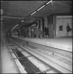 10044 Bezoek van twintig VVV-informatrices aan metrostation Stadhuis.