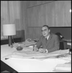 10051 John Hoffman, directeur Stichting voor Rotterdamse Consumentenbeurzen en -tentoonstellingen, in zijn kantoor in ...