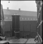10056 Gevangenismuur met zogenaamde 'dikke paal' die dienst doet als electriciteitskast.