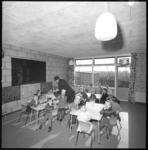 10063 Klaslokaal met kinderen in gebouw Landzicht in buurtschap Landzicht bij Laag Zestienhoven.