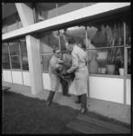 10068 EHBO-oefening RET: in horizontale houding wordt iemand door een aantal mannen uit een kantoorruimte door het raam ...