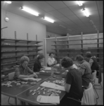 10070 Dames aan het werk op kantoor van het Instituut Electronische Administratie aan de Diergaardesingel met stapels ...