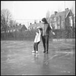 10072 Op het tenniscomplex aan de Enk wordt schaatsles gegeven.