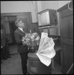 10073-1 Burgemeester W. Thomassen kijkt in kamer 12 van het stadhuis op een televisiescherm naar verkiezingsuitslagen. ...