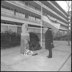 10081 Bloemen worden gelegd bij het monument De Treurende Vrouw door leden van de Commissie Herdenking 4 mei.