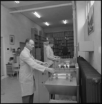 10101-2 Ruimte waar medewerkers bij printmachines staan.