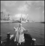 10111-1 Zanger Albert de Booij zingt op de voorplecht van een bootje dat door de havens vaart.