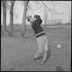 10158 M. Brenkman demonstreert het golfspel bij de Boszoom.