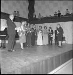 10169 In de Kleine Zaal van de Doelen worden de solisten bedankt voor hun inzet door een vertegenwoordigster van het ...