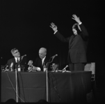 10178 Schepen van de havenbedrijven in Antwerpen, L. Delwaide (rechts), debatteert in Antwerpen tijdens een ...