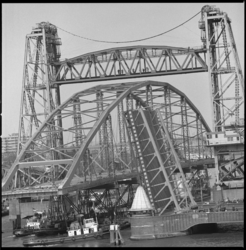 10202-1 De staalconstructie van de nieuwe Merwebrug passeert de Koninginnebrug en de Hefbrug in Rotterdam.