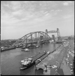 10202-2 De staalconstructie van de nieuwe Merwebrug nadert de Koninginnebrug en Hefbrug.