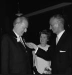 10206 Organist Feike Asma kijkt naar de koninklijke onderscheiding die hem zojuist is opgespeld door P. van der Snoek, ...