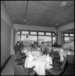10214 Interieur van café-restaurant 'Eurocentrum' aan de Beneluxhaven in Europoort/West Rozenburg.