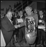 10227-2 Commissaris van de Koningin mr. J. Klaasesz, opent motel-hotel Skyway met het aanbieden van 'attributen hunner ...
