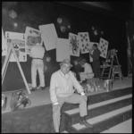 10228 Artiest Tom Manders zit 'in burger' op het toneel van zijn nieuwe theater 'Dorus'; op de achtergrond medewerkers ...