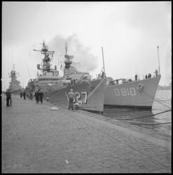 10234 Aan de Parkkade wordt de torpedojager USS John Willis afgemeerd.