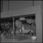 10239-1 VVV-directeur A.J.M. Schutter slijpt een diamant bij het comerciële diamantcentrum van de firma Van Andel aan ...