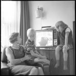 10247 Mevrouw Nederveen uit Rhoon kijkt met haar twee kinderen Mirjam en Jan naar hun 2,5 miljoenste geregistreerde ...