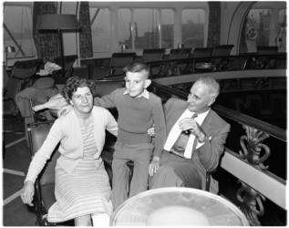 1025 Met de Willem Ruys arriveert H.O. Wagenaar met vrouw en 10-jarige zoon in Rotterdam.