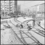 10252 Werkzaamheden aan tramrails op het Churchillplein; op de achtergrond de Westblaak.