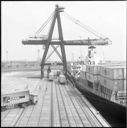 10256-1 Hoog overzicht van de kade met containerkraan en afgemeerd Sealand-schip in de Prinses Beatrixhaven.