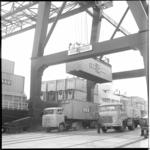 10256-2 Containerkraan van Sealand in vol bedrijf aan de kade in de Prinses Beatrixhaven.