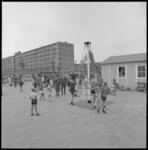 10267-1 Overzicht van de nieuwe speeltuin aan de Hanrathstraat in de Prins Alexanderpolder.