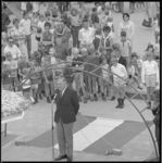 10267-2 Te midden van belangstellenden houdt wethouder H.W. Jettinghoff zijn openingstoespraak in de nieuwe speeltuin ...