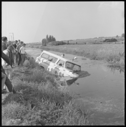 10284 Politieauto C10 van de Bovendijk in sloot gereden.