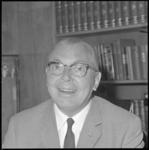10285 Portret van dr. J.H. Lamberts, huisarts te Rotterdam-Zuid, gemeenteraadslid en lid van de Tweede Kamer (PvdA).