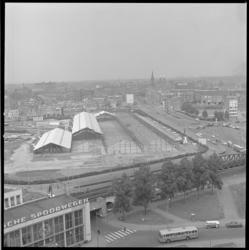 10293 Vanuit Shell-gebouw Hofplein zicht op gedeelte van station Hofplein en de opbouw van tijdelijke Ahoy-hallen aan ...