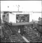 10294 De dubbeldeksveerboot Prinses Christina glijdt van de helling in het water bij scheepswerf De Merwede.