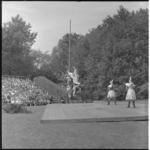 103-2 Scapino-balletdansers treden op voor veel publiek in het Openluchttheater Dijkzigt.