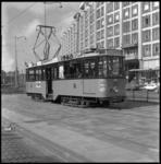 10319 Motorrijtuig 497, jubileumtram van het RET Mannenkoor, staat op het Weena bij het eindpunt van lijn 15 en 16 ...