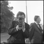 10326-2 Rotterdams Nieuwsblad-fotograaf Lex de Herder aan het werk met zijn Rolleiflex.