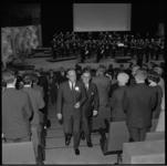 10337 Prins Bernhard arriveert in de Grote Zaal van De Doelen om de nieuwe film 'Bagger' van Thom Tholen te gaan bekijken.