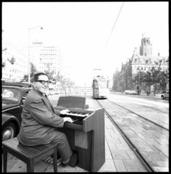 10356 Joop Walvis aan het Wurlitzer-orgel midden op de Coolsingel.